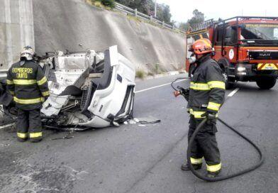 Vehículo choca contra un muro de protección en la Ruta Viva